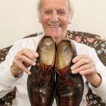 Британец Носи Обувките си от Преди 25 Години